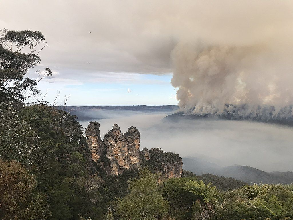Three Sisters in the Blue Mountains, with nearby bushfire